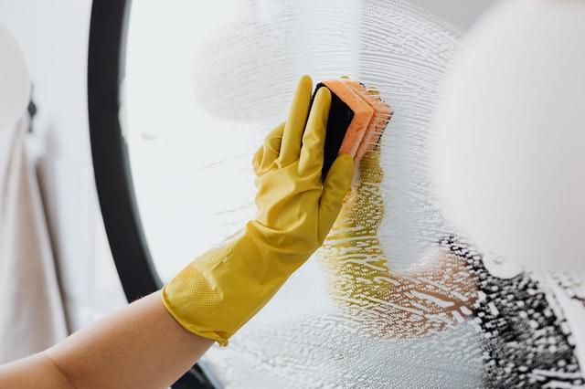 agua desionizada para limpieza de cristales