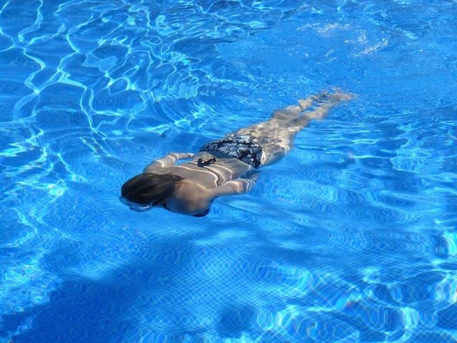 llenado de piscina con agua